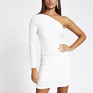 Witte mini-jurk met ontblote schouder en afwerking met siersteentjes