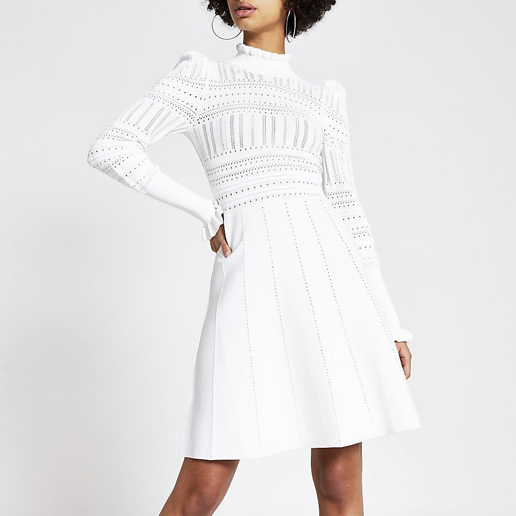 Crèmekleurige hoogsluitende gebreide pointelle jurk