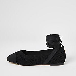 Schwarze Ballettschuhe aus Strick mit Knöchelschnürung