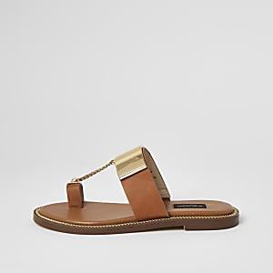 Bruine sandalen met wijde pasvorm en met kettinkje