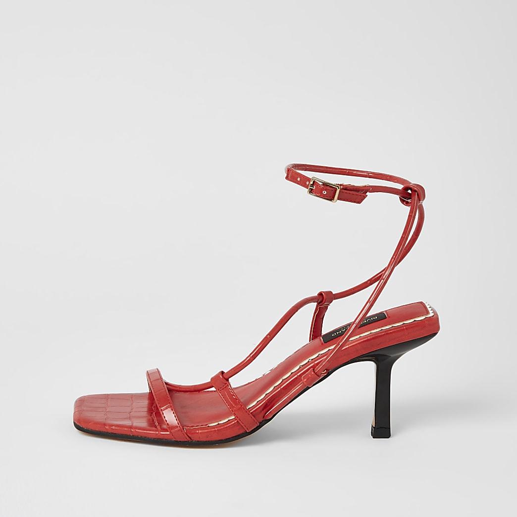 Rote, mittelhohe Sandalen mit eckiger Zehenkappe und weiter Passform