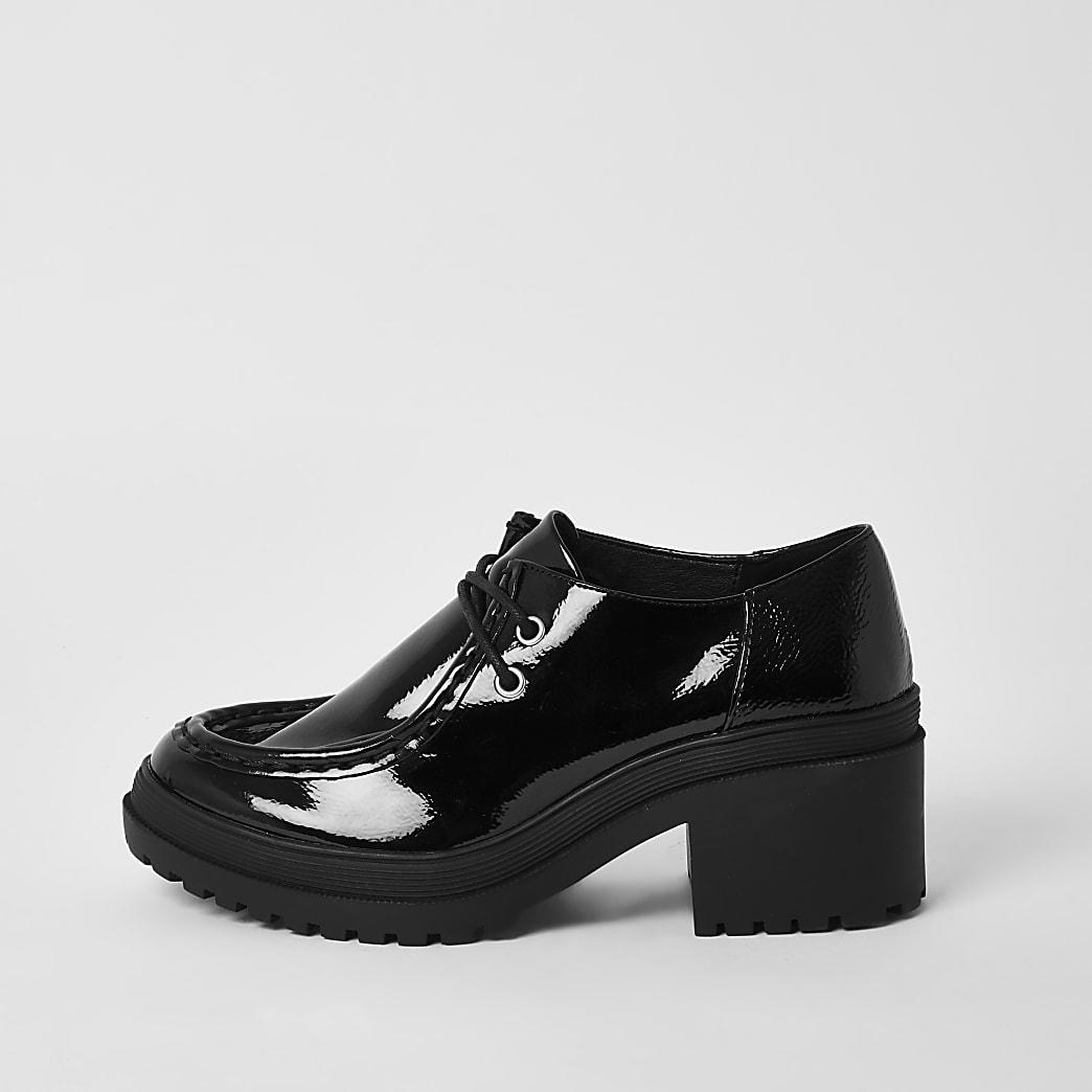 Chaussures vernies noires à semelle épaisse et lacets