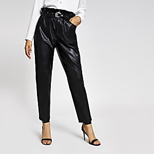 Pantalon carotte ceinturé en similicuir noir