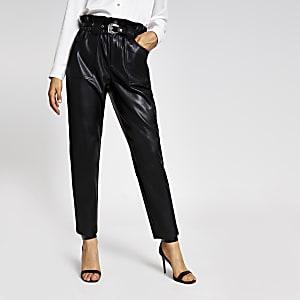 Zwarte tapstoelopende broek van imitatieleer met ceintuur