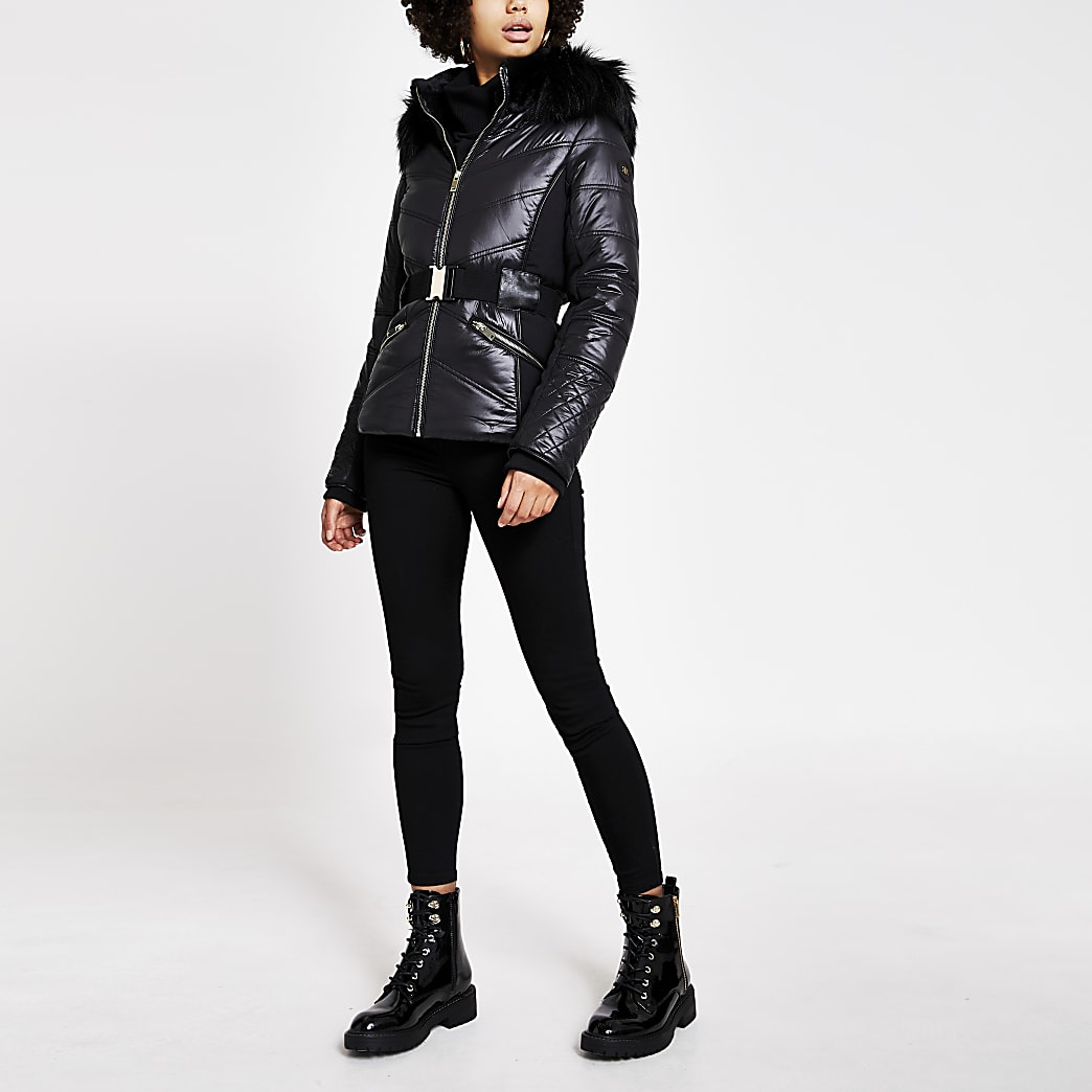 Schwarze, figurbetonte Jacke mit Kunstfellkapuze und Taillengürtel