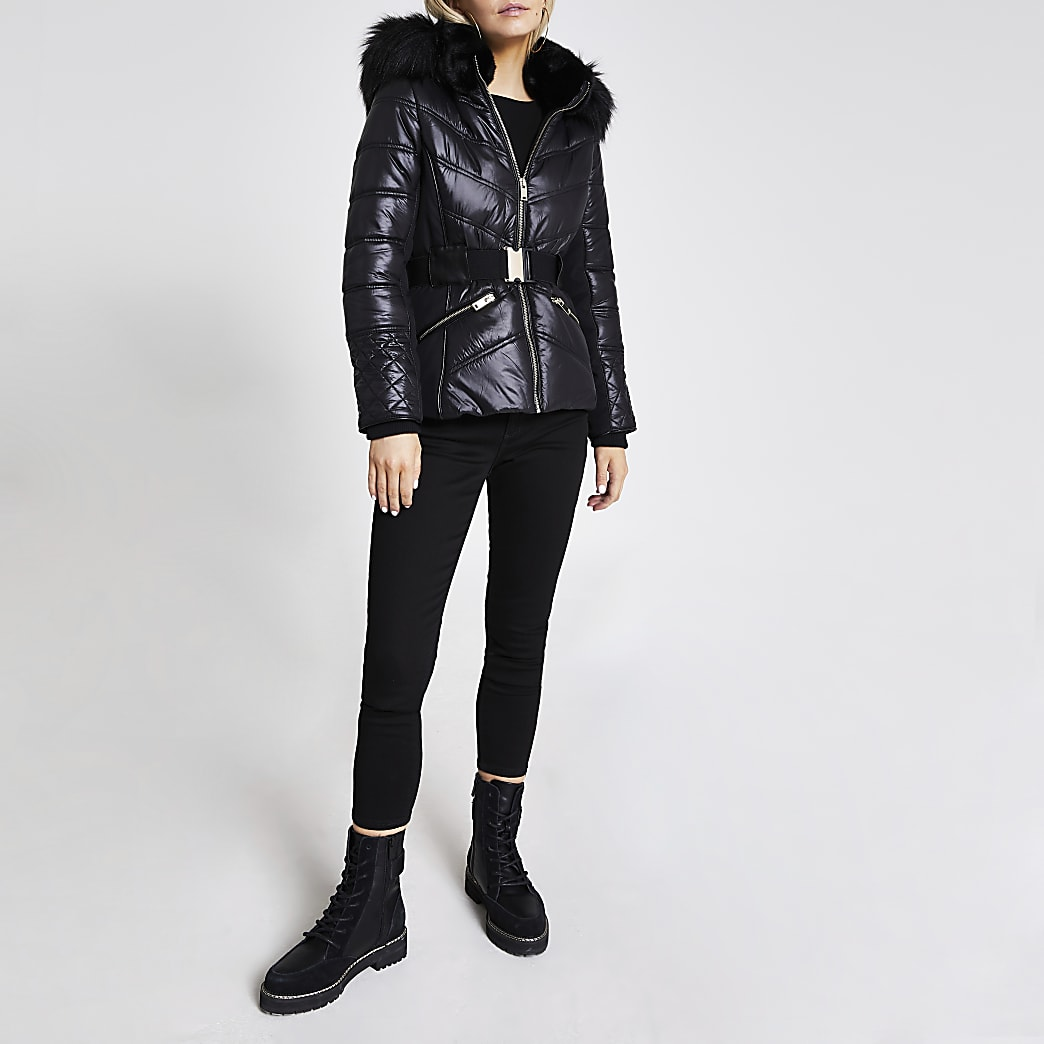RI Petite - Zwarte gewatteerde aansluitende jas met kraag van imitatiebont