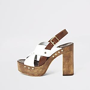 Witte leren sandalen met gekruiste bandjes en plateauzool