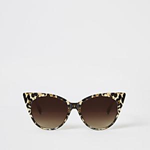 Bruine zonnebril met kattenoogmontuur en luipaardprint