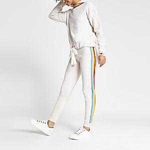 Cremefarbene Strick-Jogginghose mit Regenbogen-Streifen