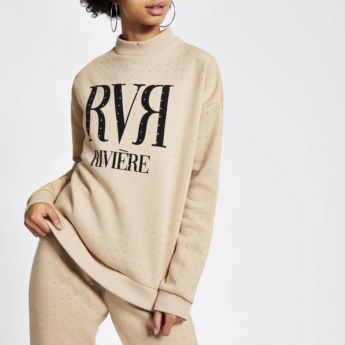 Beige sweater verfraaid met siersteentjes en RVR-letters