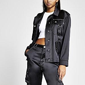 Schwarze Jacke aus Satin mit farblich abgesetzter Naht
