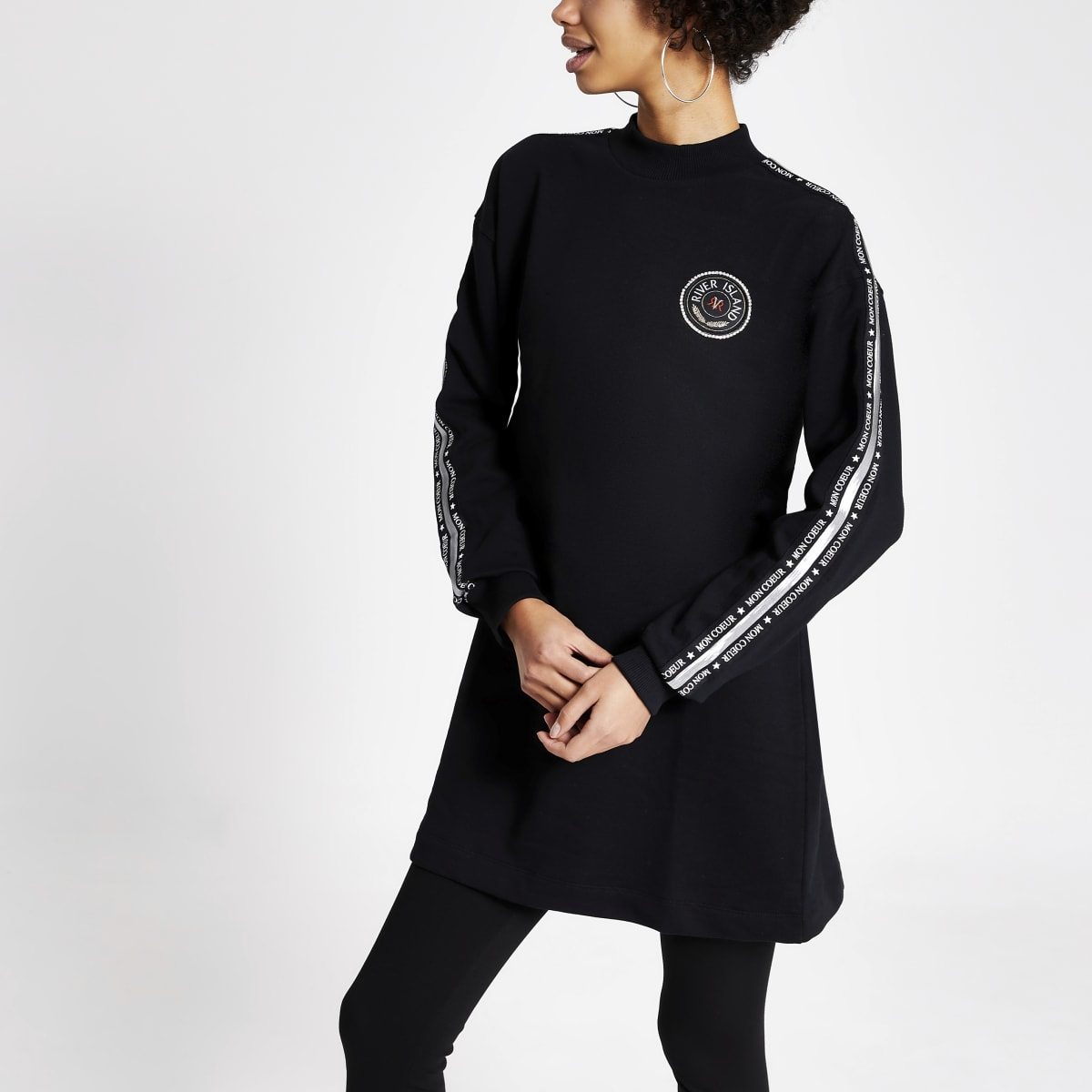 Zwarte sweater met RI-bies op mouwen
