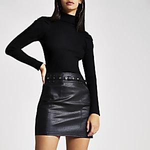 Mini-jupe noire en simili cuir avec ceinture