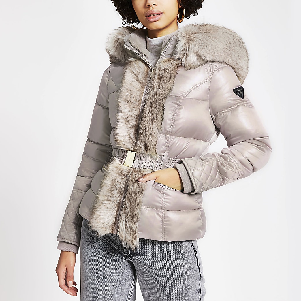Veste courte matelassée rose avec capuche en fausse fourrure et ceinture