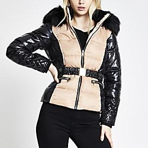 Beige gewatteerde jas met ceintuur en kleurvlakken