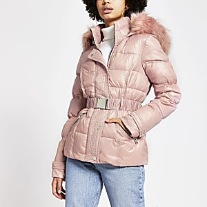 Doudoune rose avec capuche en fausse fourrure et ceinture