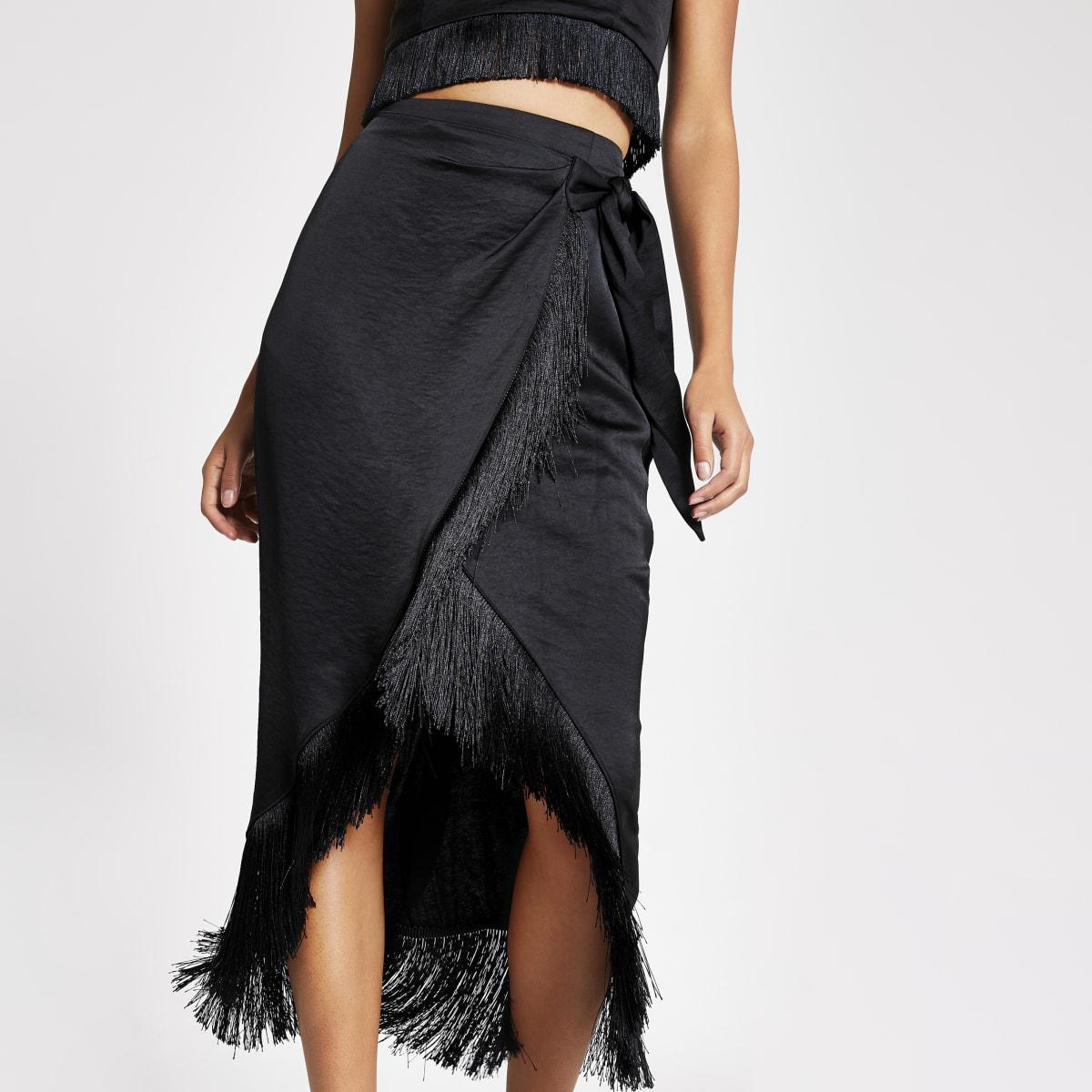 Zwarte satijnen midi-jurk met overslag en franje