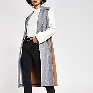 Grauer, einreighiger Mantel in Blockfarben