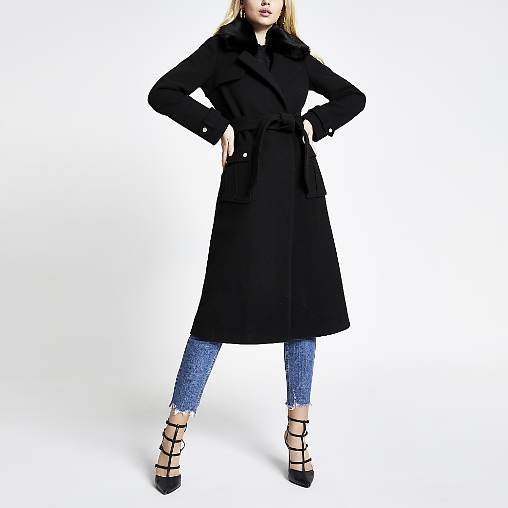 Zwarte lange jas met ceintuur en kraag van imitatiebont