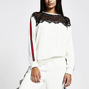 Weißes Sweatshirt mit Spitzeneinsatz an Dekolleté und Schulter und Seitenstreifen