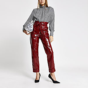 Rode vinyl smaltoelopende broek met strikceintuur