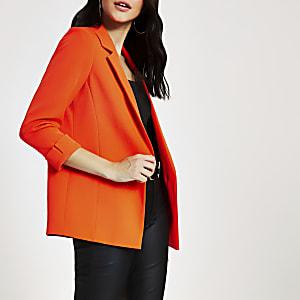 Oranger Blazer mit hochgekrempelten Ärmeln
