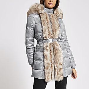 Lang geschnittene, gesteppte Jacke mit Kunstfellbesatz in Grau