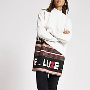 Crèmekleurige sweatshirt-jurk met 'Luxe'-tekst en kleurvlakken