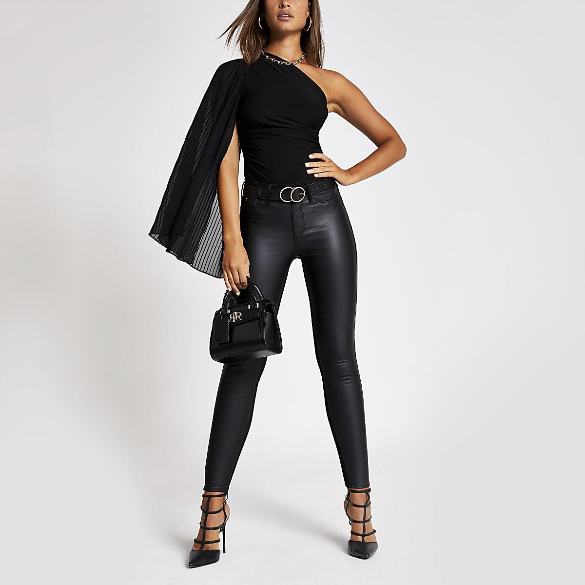 Zwarte bodysuit met geplooide mouw en ontblote schouder