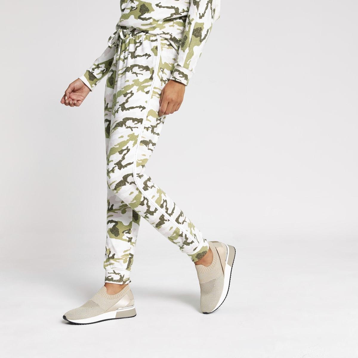 Roze camouflage joggingbroek met siersteentjes langs de zijkant