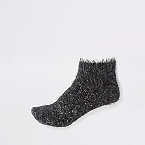 Glitzernde, flauschige Sneakersocken in Schwarz