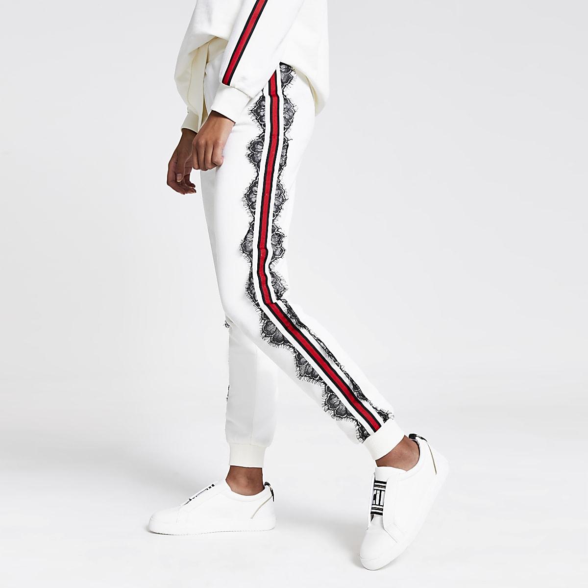 Witte joggingbroek met kanten en print op de zijkant