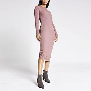 Dunkelrosa Kleid mit Rüschen im Rippenstrick