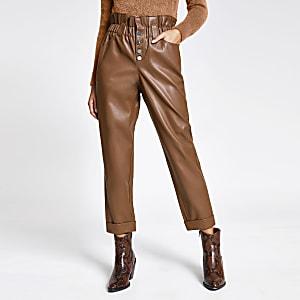 Beigefarbene Paperbag-Hose aus Kunstleder mit Knopfverschluss
