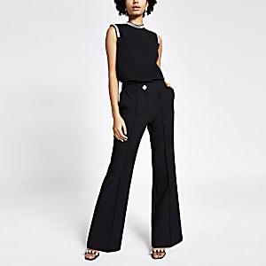 Schwarze, leicht ausgestellte Hose mit schickem Knopf