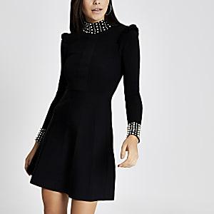 Schwarzes Kleid im Rippenstrick mit Perlenverzierung