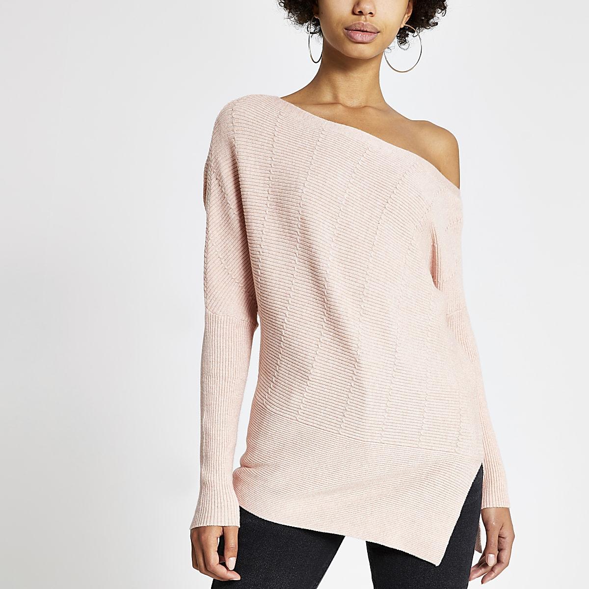 Roze gebreide asymmetrische pullover met kabelpatroon