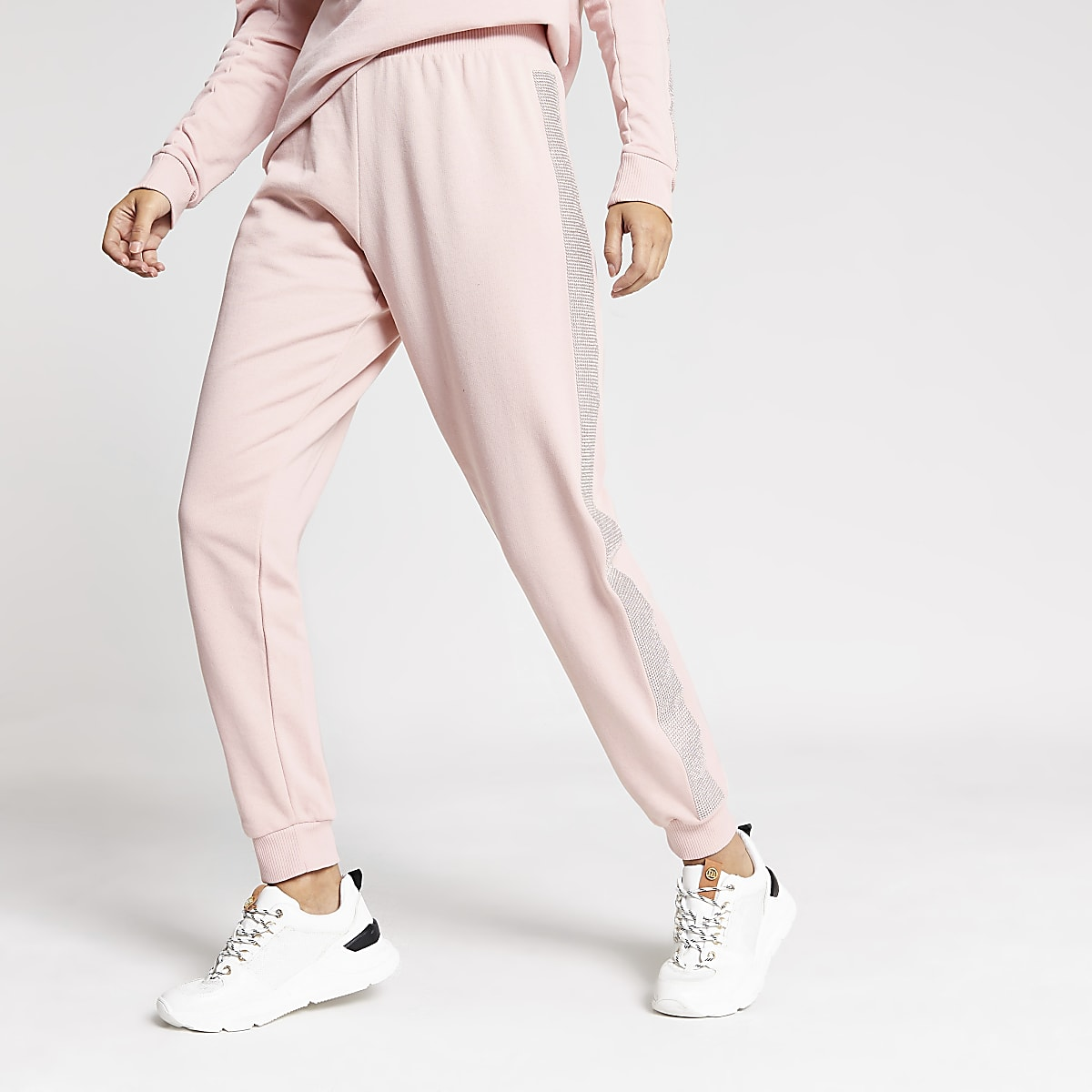 Roze joggingbroek verfraaid met siersteentjes