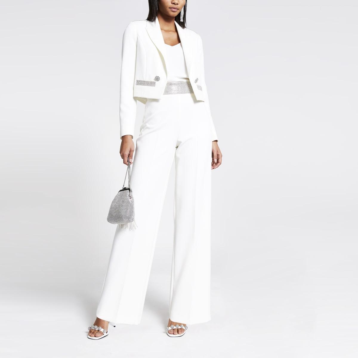 Weiße, hoch geschnittene Hosen mit weitem Beinschnitt und Strass