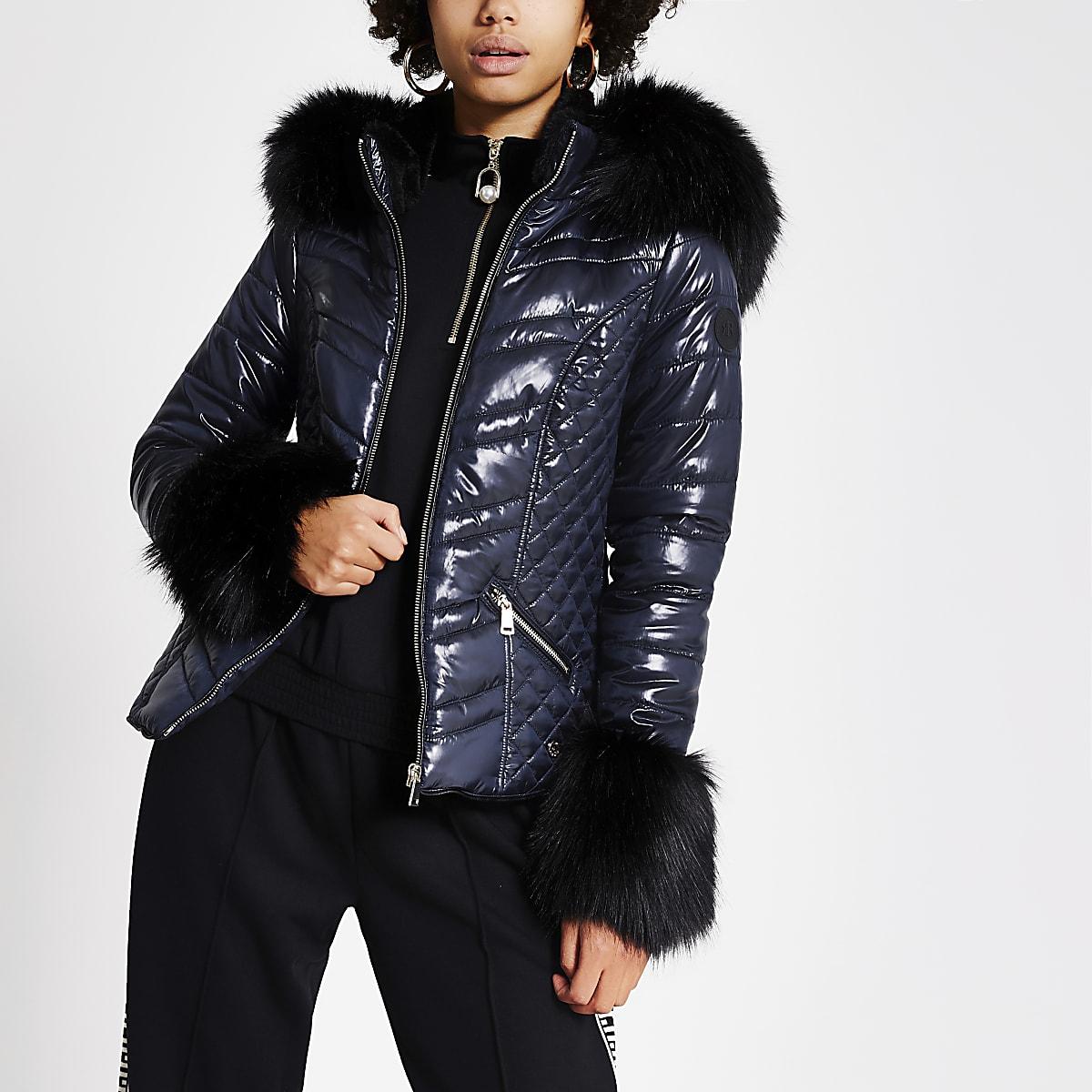 Marineblauwe gewatteerde jas met capuchon van imitatiebont