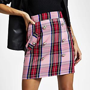 Mini jupe rose à carreaux boutonnée sur le devant
