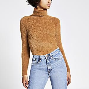 Kurzer, flauschiger Pullover mit Rollkragen in Braun