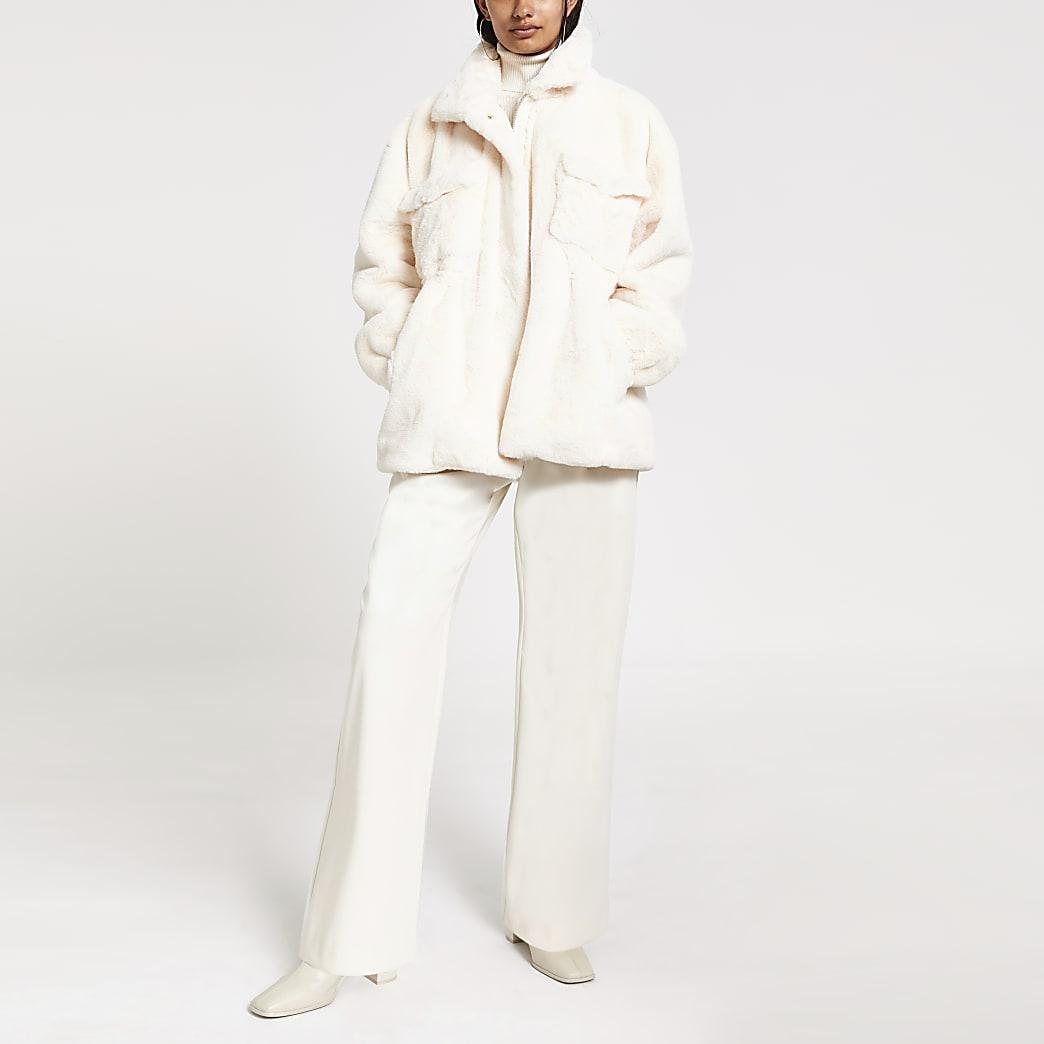 Crèmekleurige jas van imitatiebont