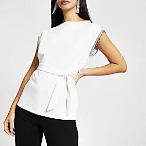 Top mit Gürtel und strassbesetzten Armausschnitten in Weiß