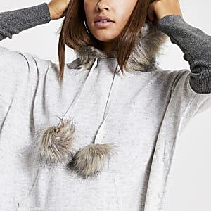 Grauer Pullover mit Kapuze und Kunstfellbesatz