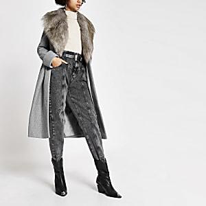 Manteau long gris à col en fausse fourrure