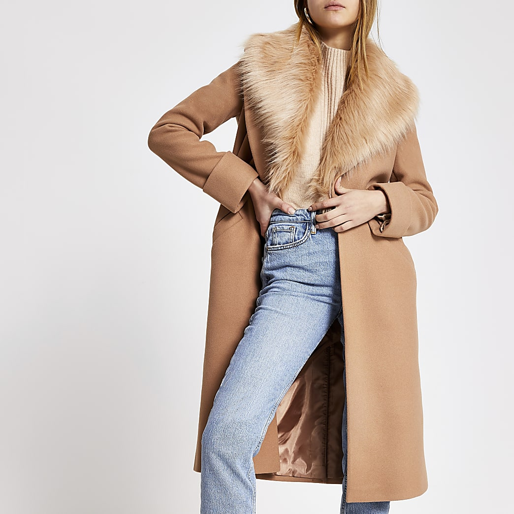 Manteau long beige à col en fausse fourrure