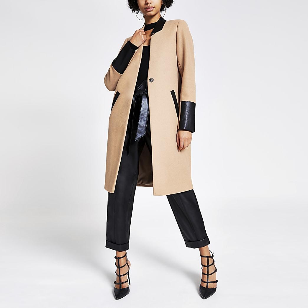 Manteau long beige avec empiècements en PU contrastants