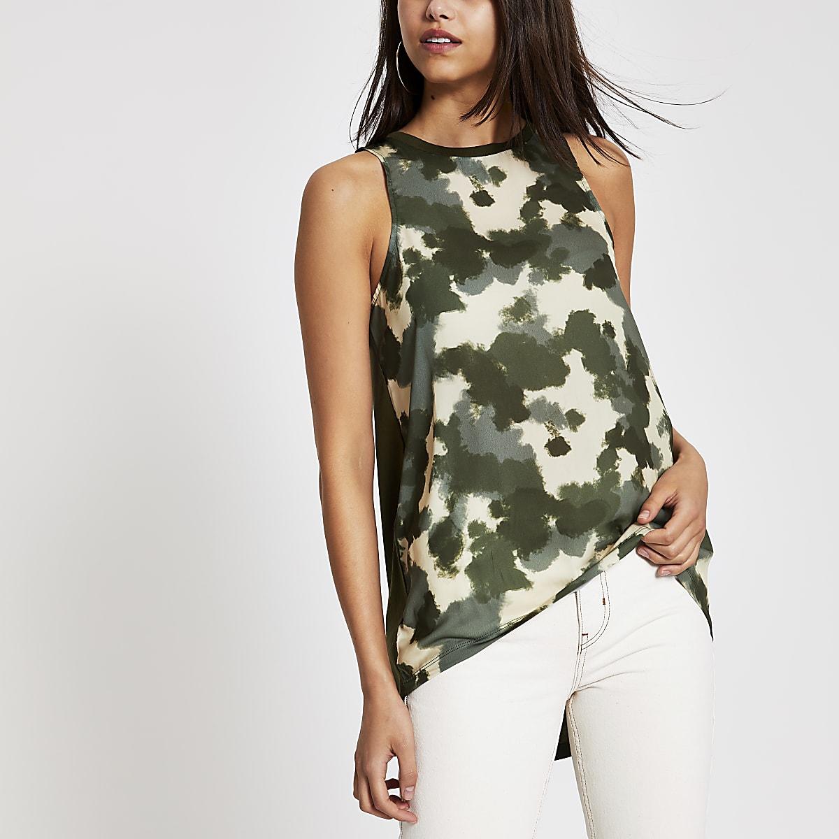 Kaki tanktop met camouflageprint