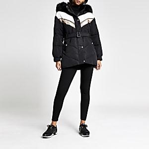 Zwarte gewatteerde jas met chevron kleurenvlakken en ceintuur
